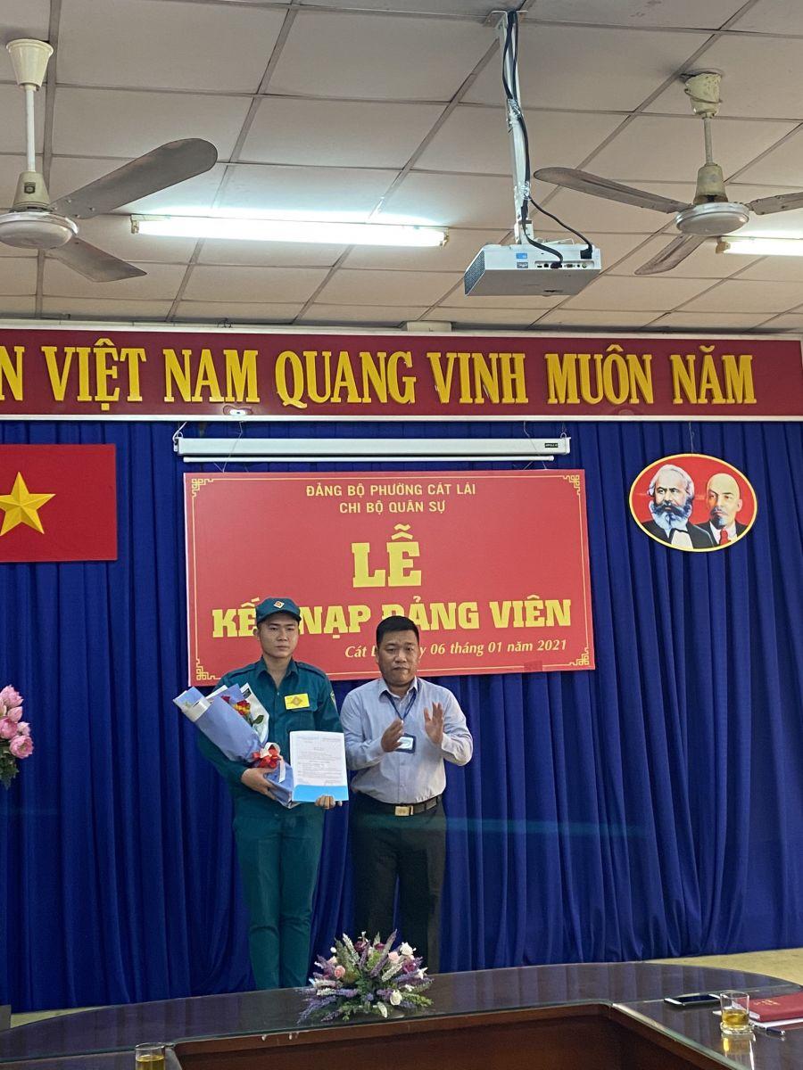 Đồng chí Nguyễn Minh Điền - Bí thư Đảng ủy phường trao quyết định kết nạp Đảng